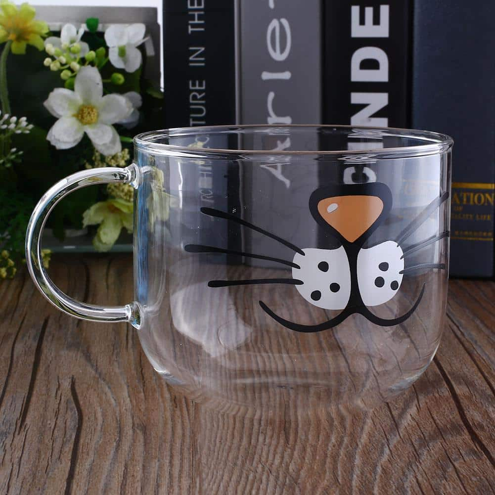 Grand mug chat en verre sur table